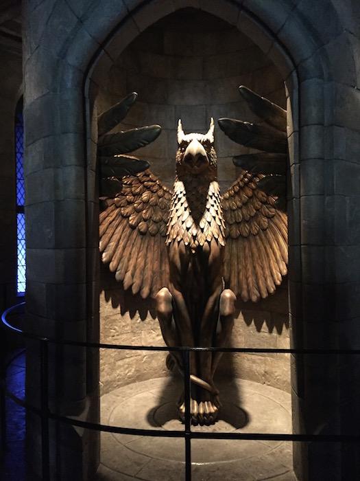 鳥のブロンズ像