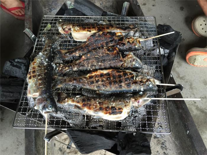 釣った魚が焼けてきました