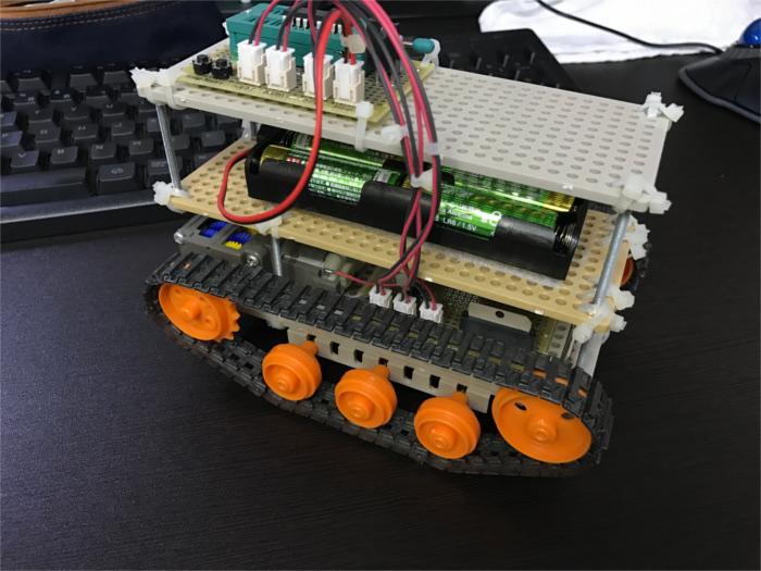 iPhone7で撮影した戦車型のロボット