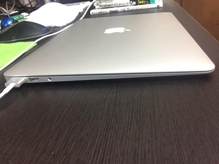 MacBook Air 13インチの薄さ